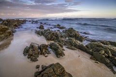 Coucher du soleil dramatique de paysage marin avec les cieux oranges et les réflexions Photo libre de droits
