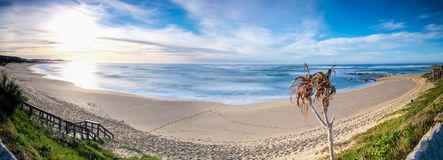 Coucher du soleil dramatique de paysage marin avec les cieux oranges et les réflexions Image libre de droits
