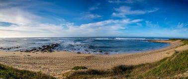 Coucher du soleil dramatique de paysage marin avec les cieux oranges et les réflexions Photos stock