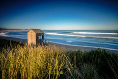 Coucher du soleil dramatique de paysage marin avec les cieux oranges et les réflexions Image stock