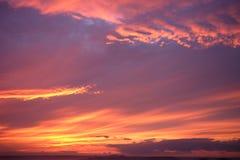 Coucher du soleil dramatique et ciel de lever de soleil Ciel crépusculaire vif de coucher du soleil images stock