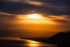 Coucher du soleil dramatique et océan Images stock