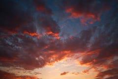 Coucher du soleil dramatique impressionnant sur le fond de nature de ciel de soirée Photo libre de droits