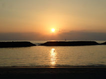 Coucher du soleil dramatique sur la plage magique d'île au-dessus de l'océan avec des bateaux Images libres de droits