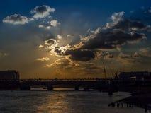 Coucher du soleil dramatique sur la Tamise Photographie stock libre de droits