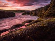 Coucher du soleil dramatique sur une rivière glaciaire Image stock