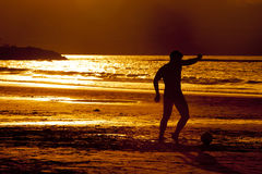 Coucher du soleil du football Photos libres de droits