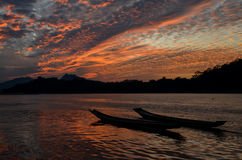 Coucher du soleil du Mekong chez Luang Prabang images stock
