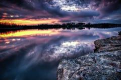 Coucher du soleil du Missouri au-dessus d'un lac Image libre de droits