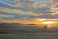 Coucher du soleil en été sur la plage et la ville de St Malo (Brittany France) Photographie stock