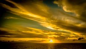 Coucher du soleil en Bahamas d'un bateau de croisière Image libre de droits