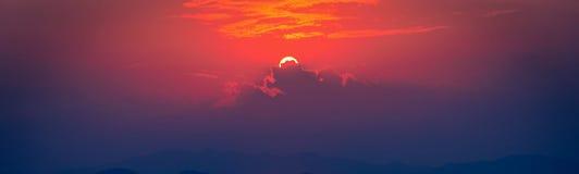 Coucher du soleil en ciel gentil au-dessus de mer et de montagnes Images libres de droits