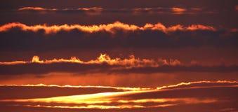 Coucher du soleil en Irlande avec des nuages Photos stock