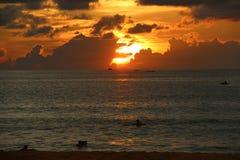 Coucher du soleil en Kata Noi Beach Thailand Image libre de droits