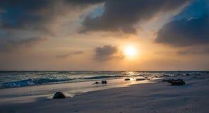 Coucher du soleil en Maldives Beau coucher du soleil coloré au-dessus de l'océan en Maldives vues de la plage Coucher du soleil é Images libres de droits