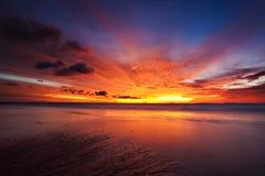 Coucher du soleil en mer Photos stock