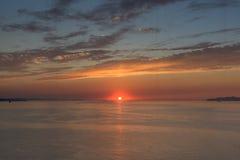 Coucher du soleil en mer avec le beau ciel Photos stock