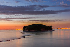 Coucher du soleil en mer avec le beau ciel Photo libre de droits