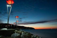 Coucher du soleil en mer avec les lumières rouges images libres de droits