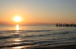 Coucher du soleil en mer baltique et brise-lames Images stock