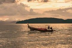 Coucher du soleil en mer, bateau de pêche Image libre de droits