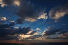 Coucher du soleil en mer, ciel, nuages Photographie stock