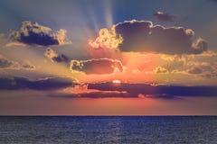 Coucher du soleil en mer des Caraïbes images stock