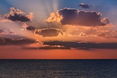 Coucher du soleil en mer des Caraïbes photos libres de droits