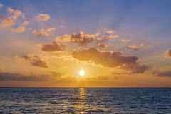 Coucher du soleil en mer des Caraïbes images libres de droits