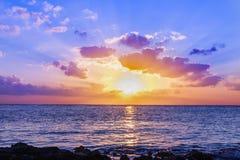 Coucher du soleil en mer des Caraïbes photographie stock libre de droits