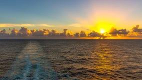 Coucher du soleil en mer images libres de droits