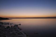 Coucher du soleil en mer morte Image libre de droits