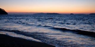 Coucher du soleil en mer, soirée foncée Photo libre de droits