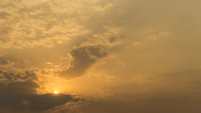 Coucher du soleil en montagne avec la couleur de ton chaude Image libre de droits