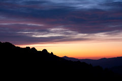 Coucher du soleil en montagnes Images stock
