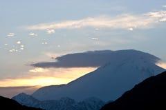 Coucher du soleil en montagnes Photos stock