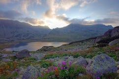 Coucher du soleil en montagnes Photo stock
