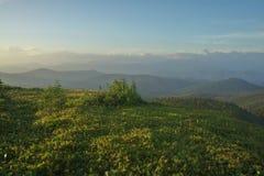 Coucher du soleil en montagnes Photographie stock