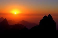 Coucher du soleil en montagnes Images libres de droits