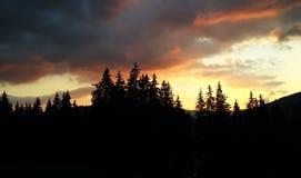 Coucher du soleil en montagnes Image libre de droits