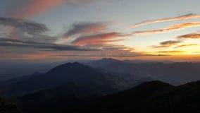 coucher du soleil en montagnes d'exploitation Image stock