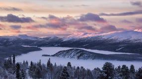 Coucher du soleil en montagnes d'hiver Photos stock