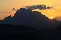 Coucher du soleil en montagnes de dolomites de Sesto, Italie Photographie stock