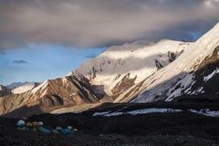 Coucher du soleil en montagnes de Pamir Image libre de droits