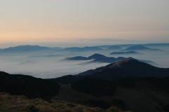 Coucher du soleil en montagnes de Rodnei, Carpathiens orientaux Photographie stock libre de droits