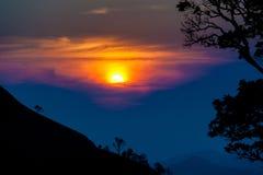 Coucher du soleil en montagnes, silhouette d'arbre avec le soleil scénique de coucher du soleil plus de Images stock