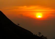 Coucher du soleil en montagnes, silhouette d'arbre avec le soleil scénique de coucher du soleil plus de Image stock