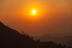 Coucher du soleil en montagnes, silhouette d'arbre avec le soleil scénique de coucher du soleil plus de Image libre de droits