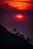 Coucher du soleil en montagnes, silhouette d'arbre avec le soleil scénique de coucher du soleil plus de Photos stock