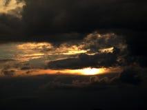 Coucher du soleil en nuages image libre de droits
